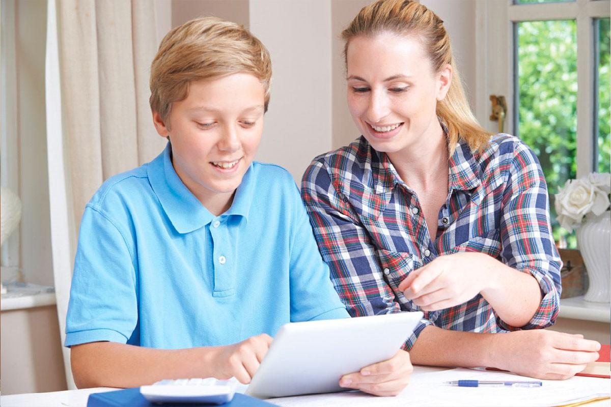 Persona adulta aiuta un ragazzo delle medie con i compiti