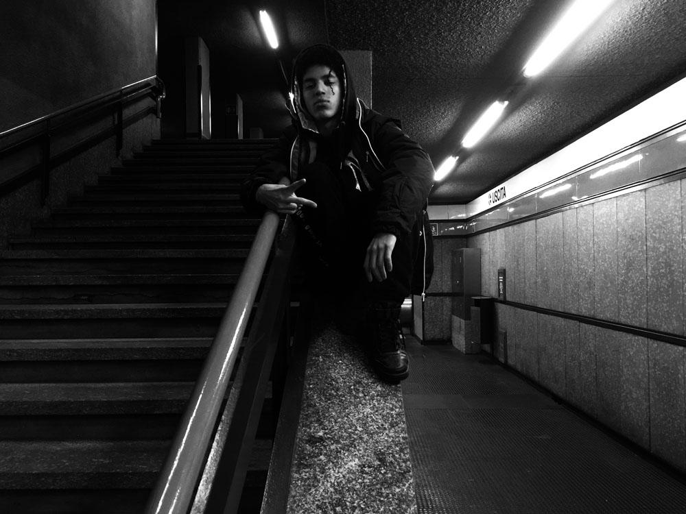 Adolescente con cappuccio in metropolitana